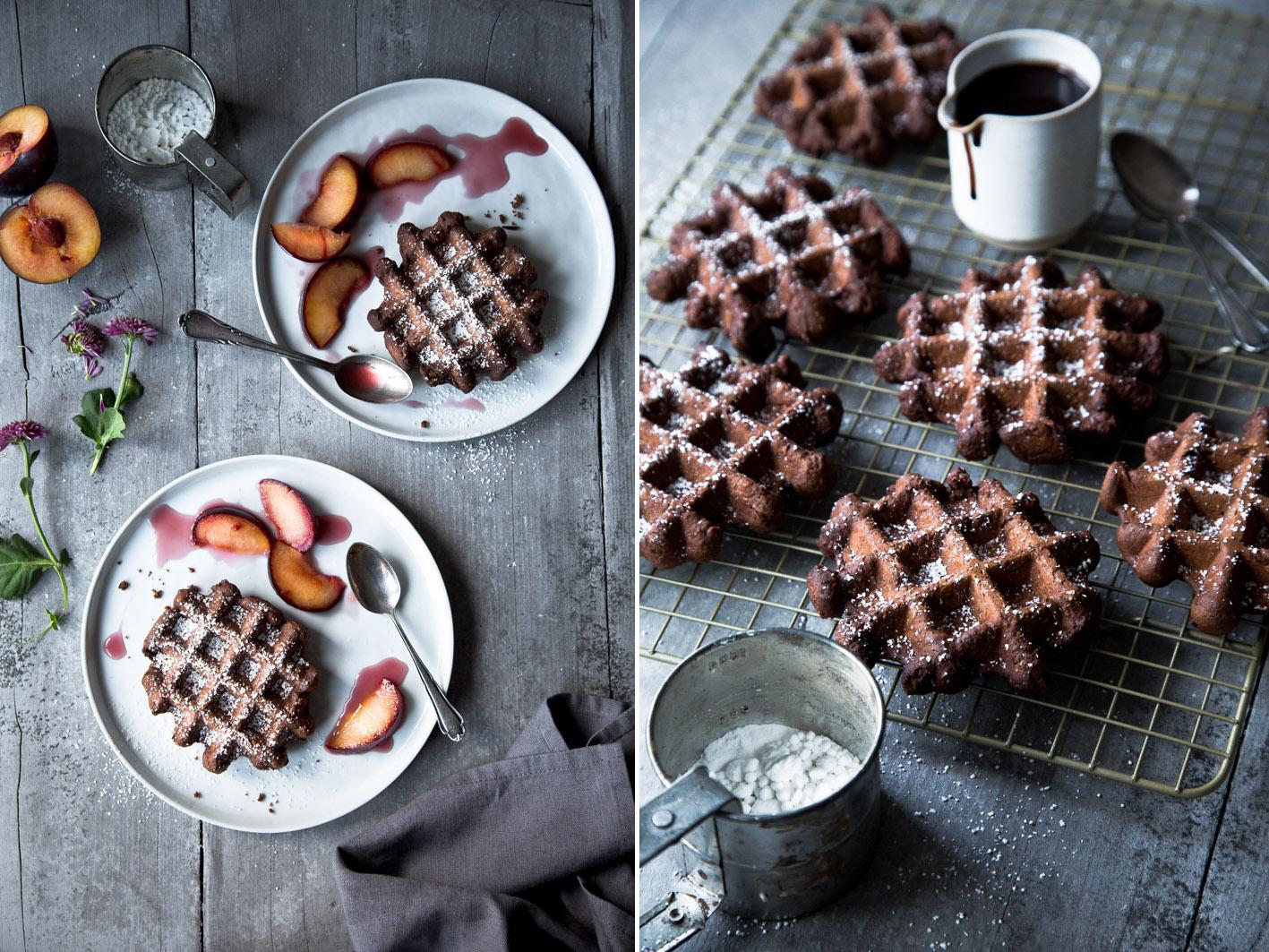 Schokoladenwaffeln mit Gewürzen und Pflaumen