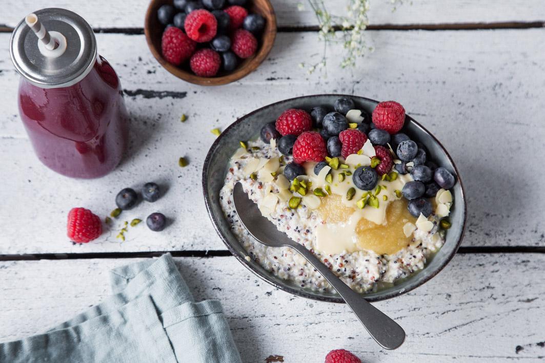 Quinoa-Frühstücksbowl mit Beeren und Joghurt