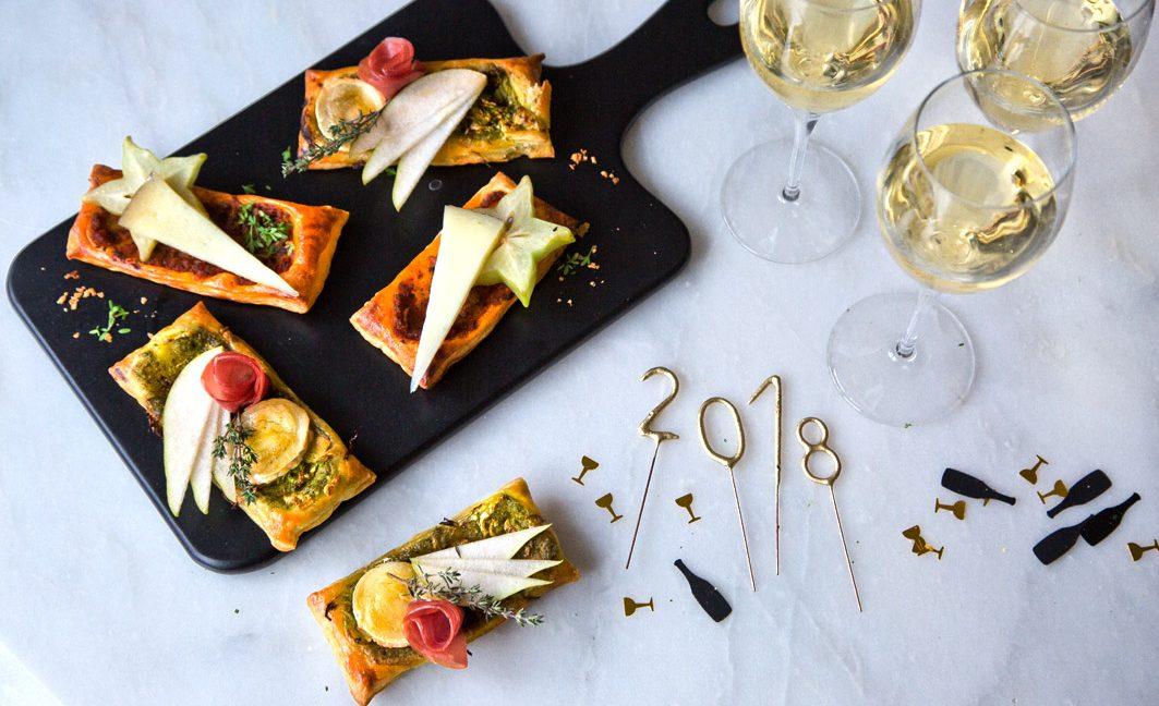 Champagner und herzhafte Blätterteigschnitten für Silvester.