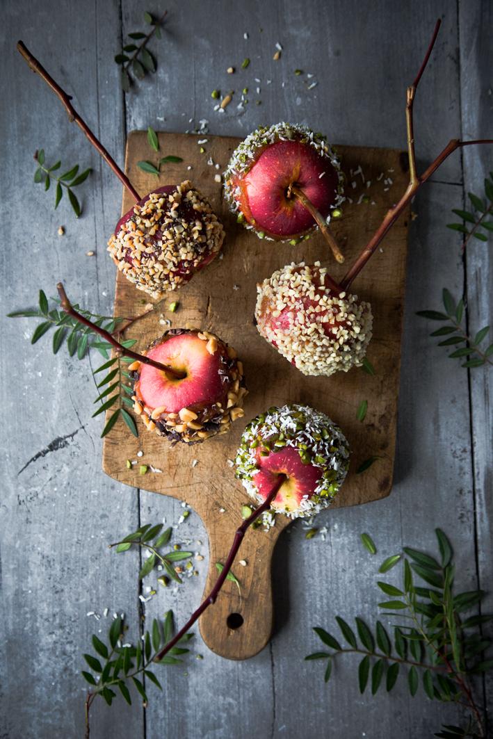 Gesunde Candy Apples mit Dattelkaramell und Nüssen