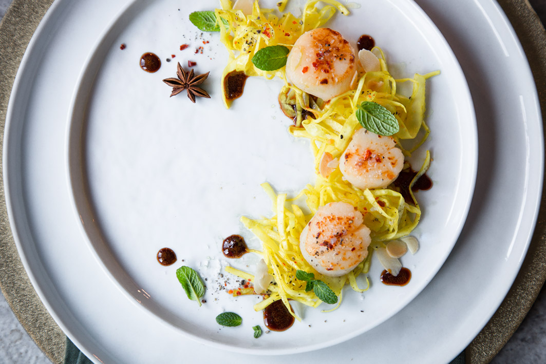 Safran Spitzkohl-Salat mit Kammmuscheln