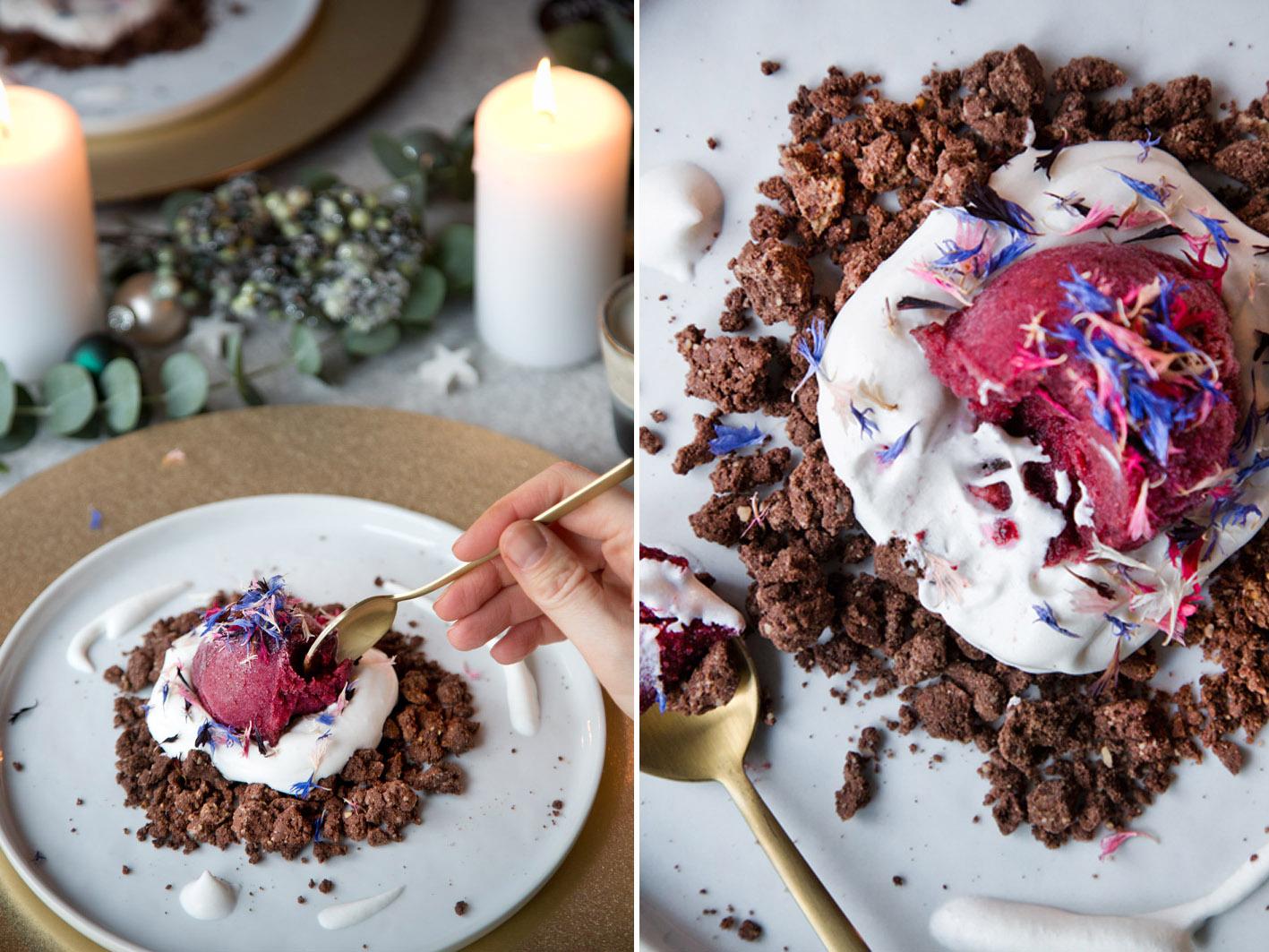 Weihnachtliches Dessert: Pflaumeneis mit Lebkuchenstreuseln