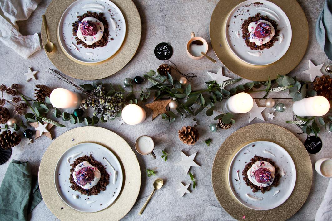 Weihnachtsdessert: Pflaumensorbet mit Amarettocreme und Lebkuchenstreuseln
