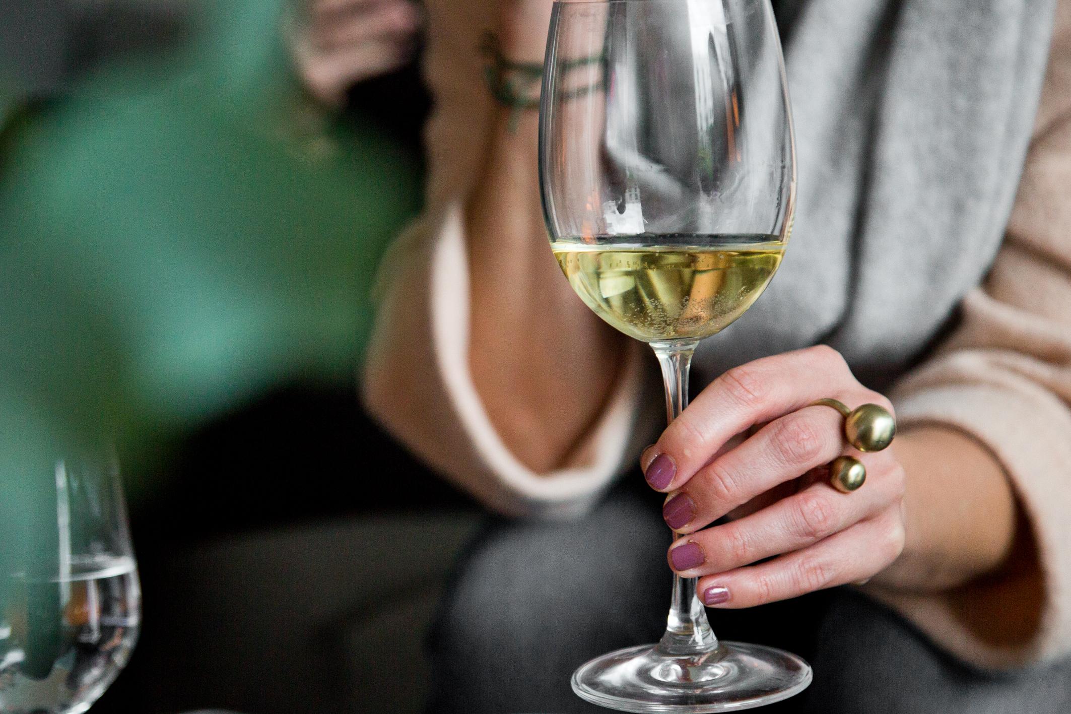 Weinglas in Hand