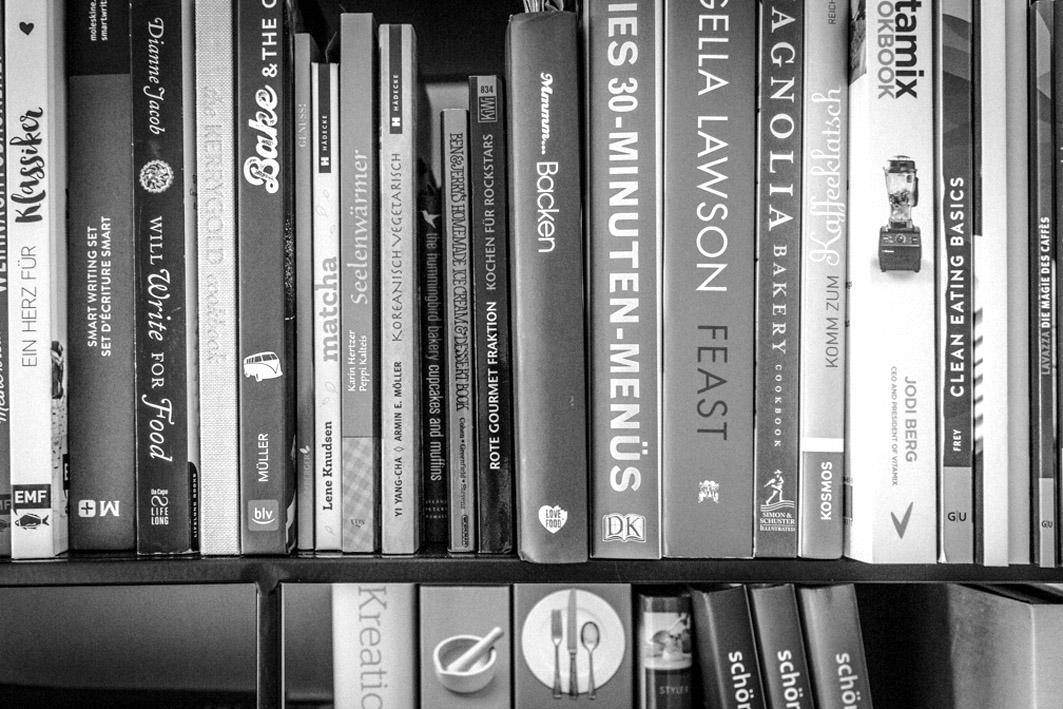 Kochbücher im Büro von Denise