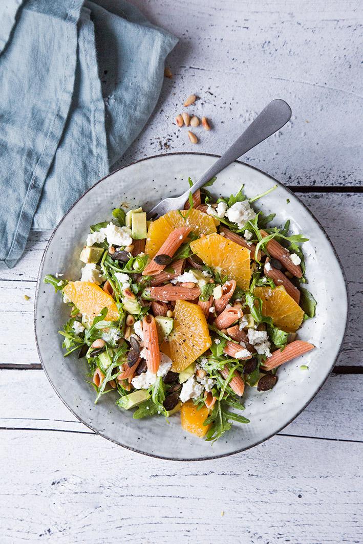 Winterlicher Nudelsalat mit Orange, Avocado und Feta
