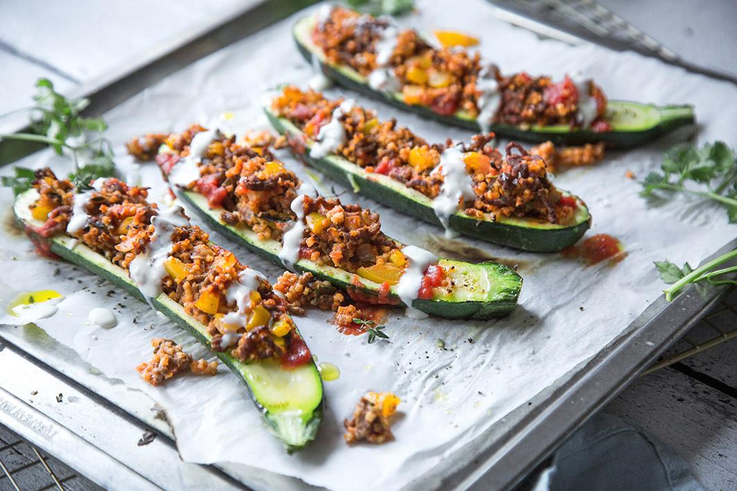 Gefüllte Zucchini aus dem Ofen mit Hirse und Gemüse