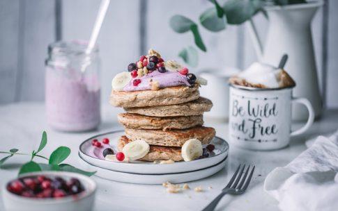 Gesunde Haferflocken-Pancakes mit Aronia-Quark.