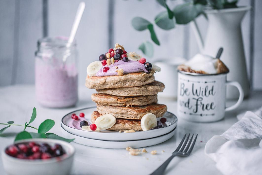 Gesunde Haferflockenpancakes mit Aronia-Beeren-Quark