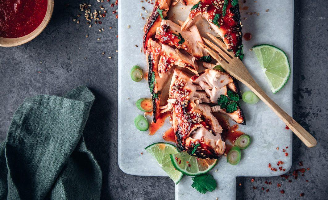 Sriracha-Lachs aus dem Ofen mit Glasnudelsalat.