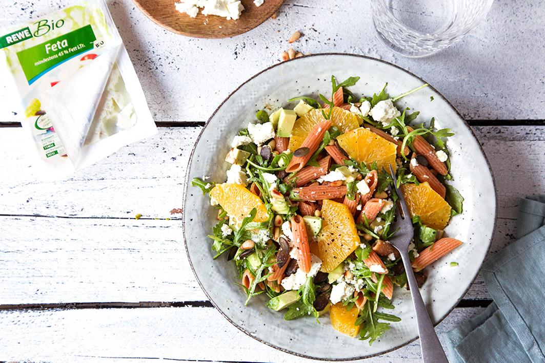 Winterlicher nudelsalat mit Feta und Orangen
