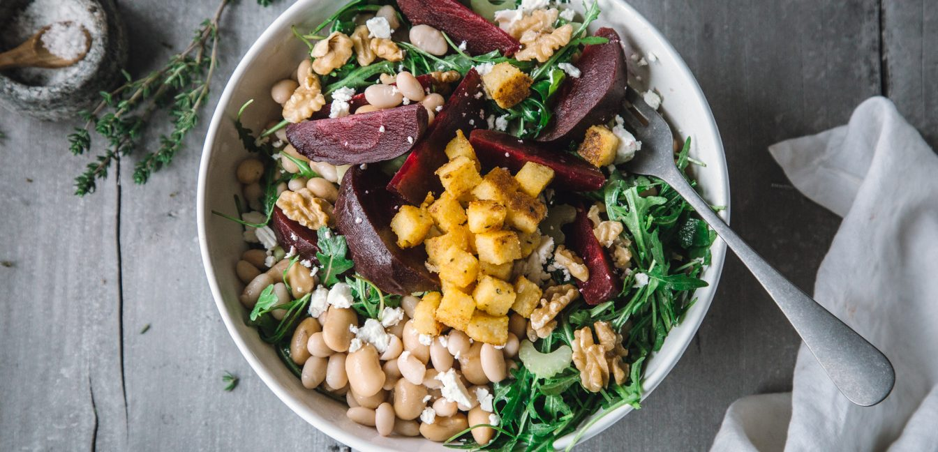 Rote Bete Salat mit weißen Bohnen und Knusper-Croutons aus Polenta.