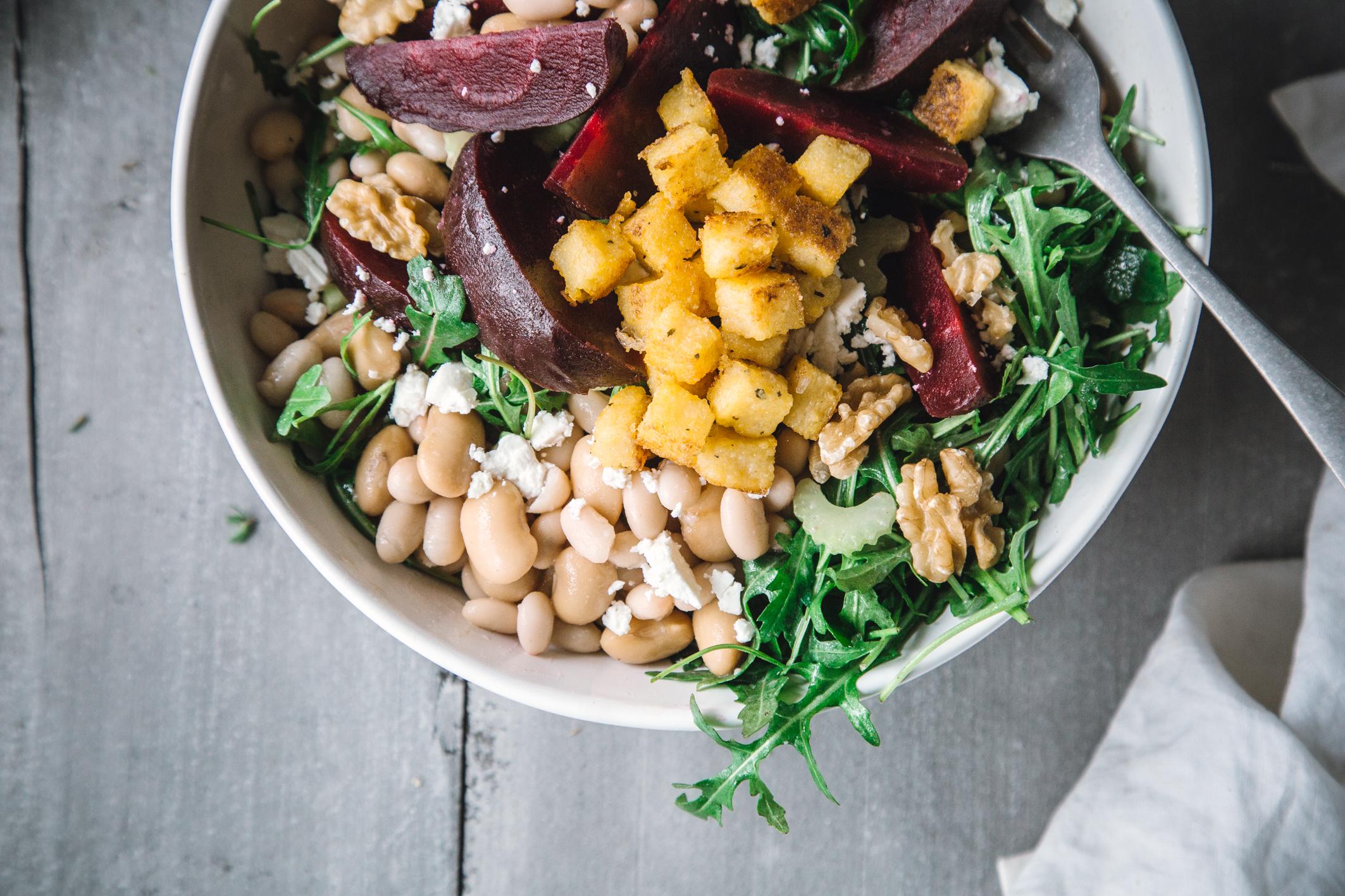 Rote Bete Salat mit weißen Bohnen und Polenta-Croutons
