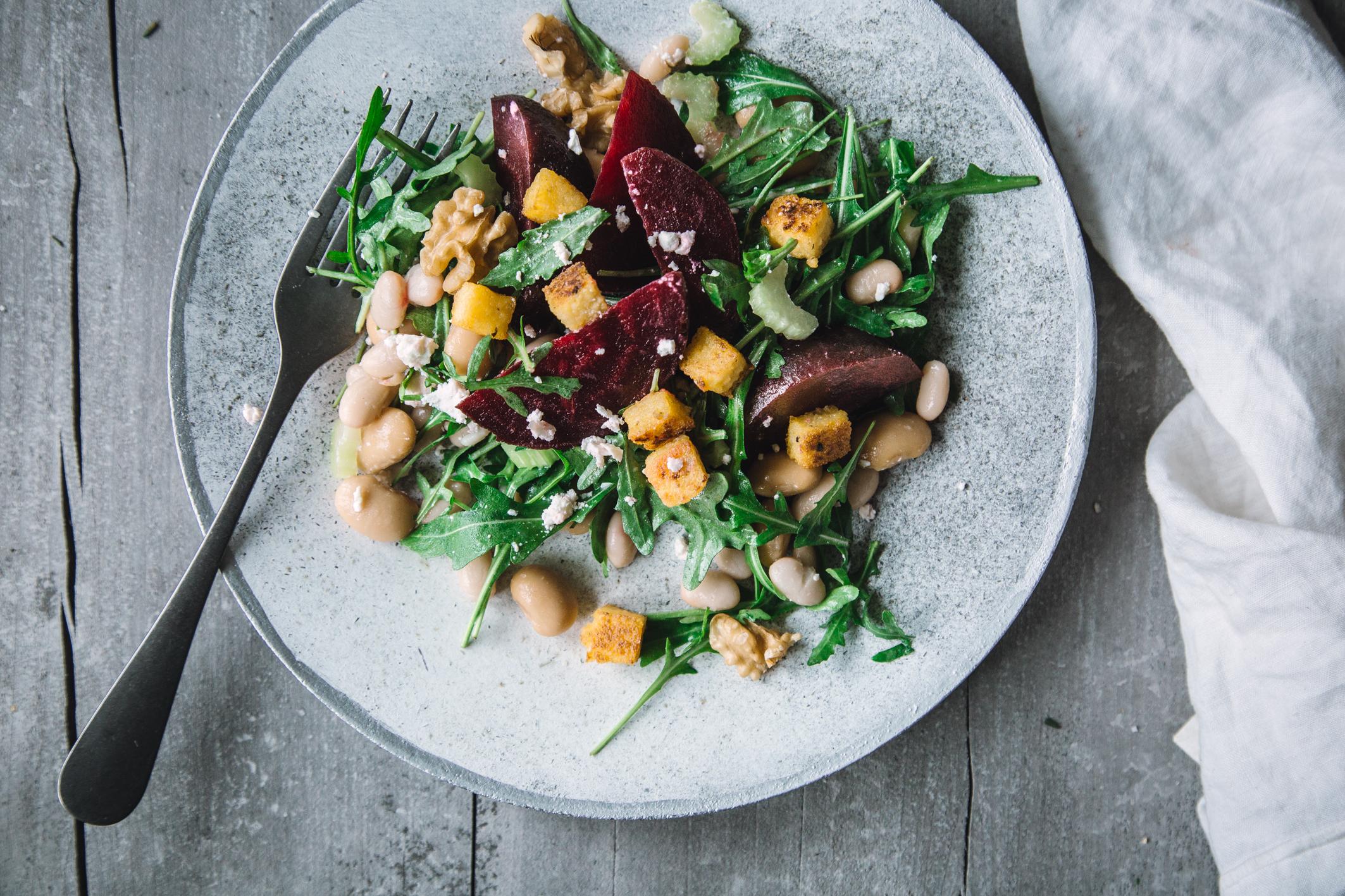 Rote Bete Salat mit Feta und Polenta-Croutons