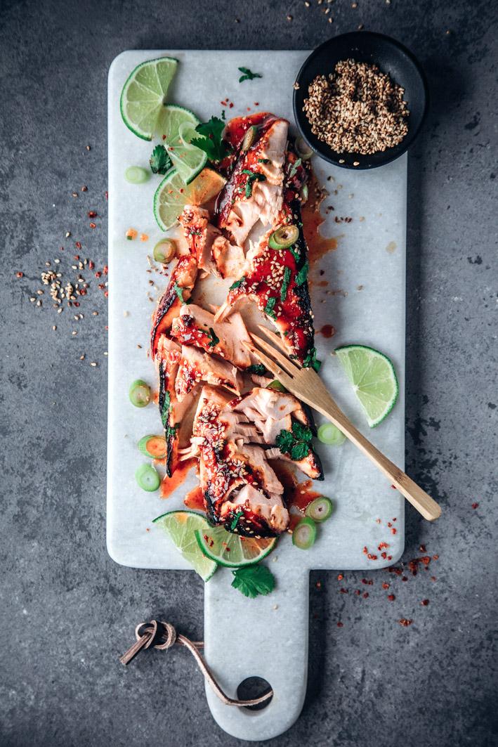Schnelles Lachsfilet aus dem Ofen in süß-scharfer Sriracha-Marinade