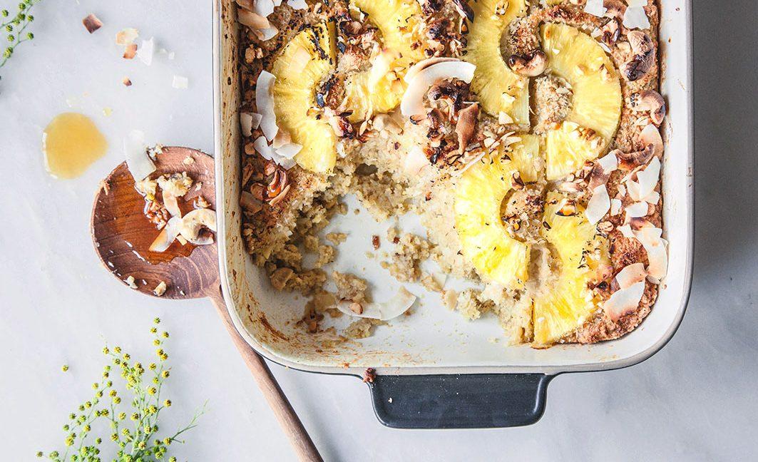 Pina-Colada-Frühstücksauflauf mit Ananas und Kokos.