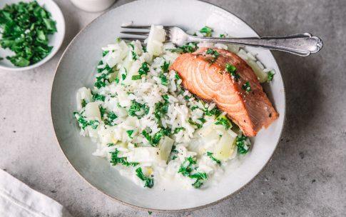 Cremige Kohlrabi-Reispfanne mit Grünkohl und kross gebratenem Lachs.