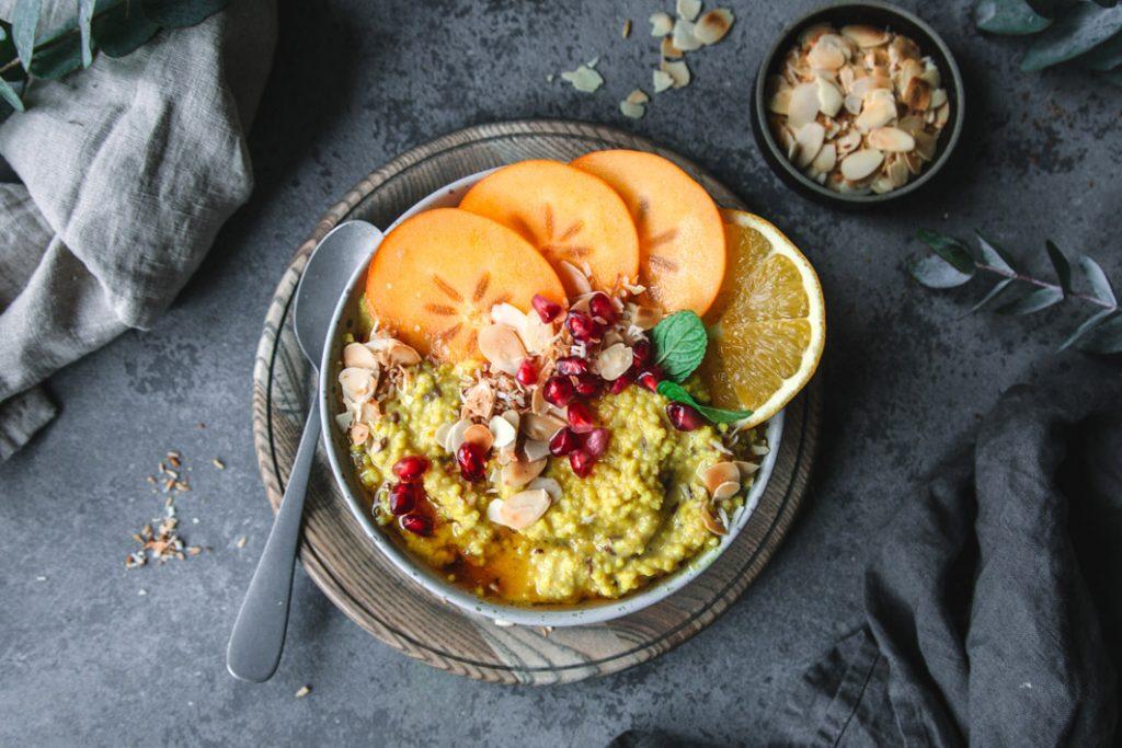 Kurkuma Hirse Porridge mit Obst