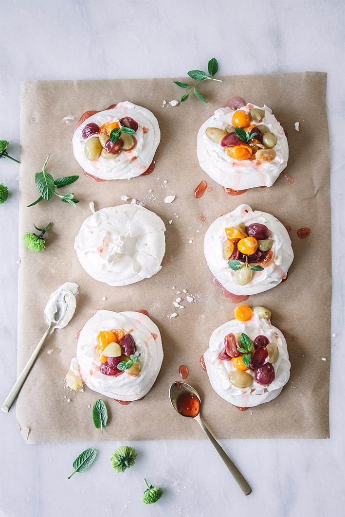 Kleine Pavlova Törtchen mit Trauben in Weißwein