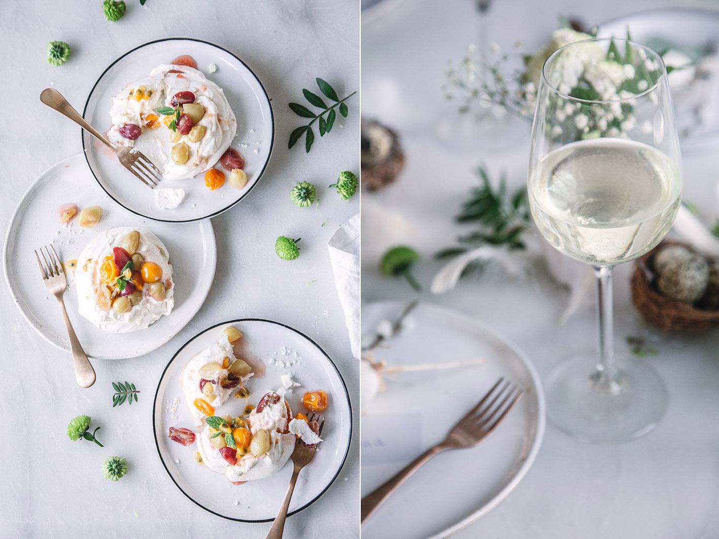 Kleine Pavlova mit Weintrauben in Weißwein