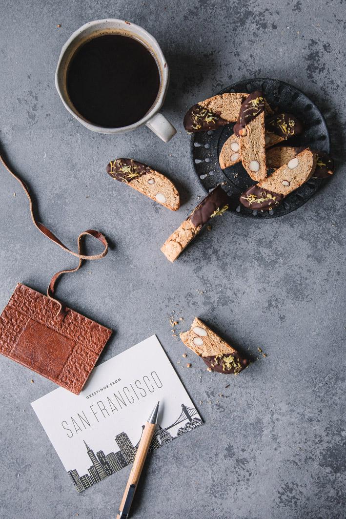 Kaffee mit Cantuccini und Postkarten
