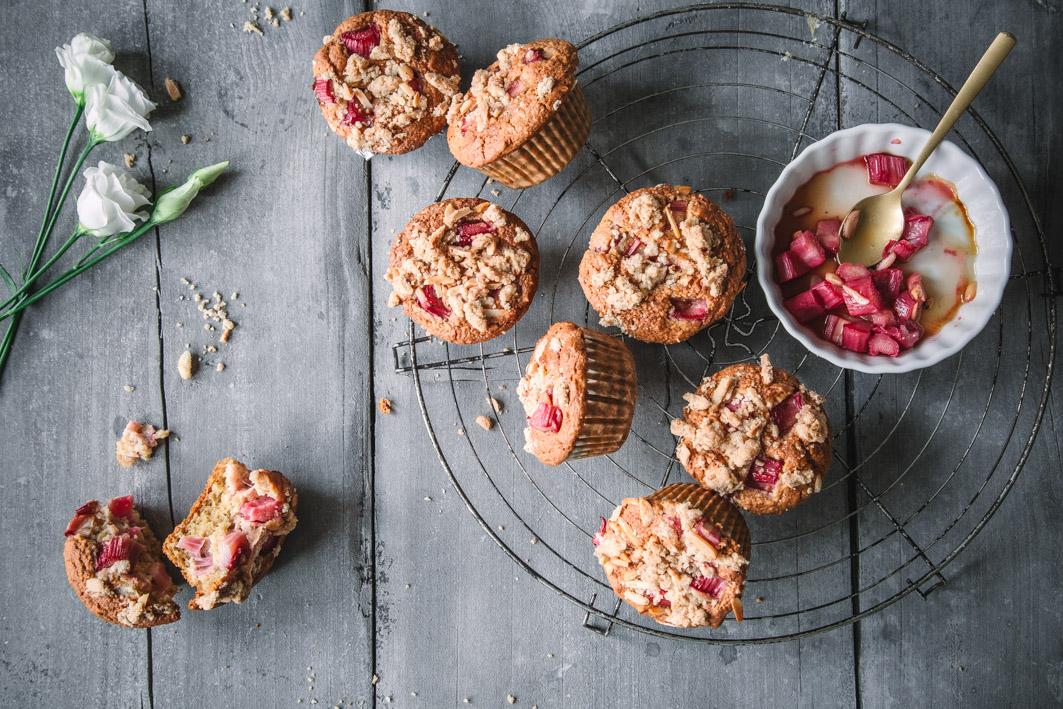 Rhabarber-Muffins mit Streuseln aus gesunden Zutaten