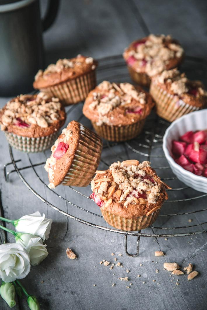 Saftige Rhabarberstreusel-Muffins aus gesunden Zutaten