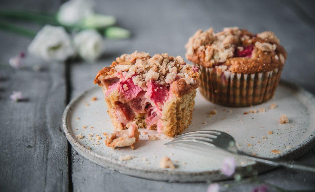 Saftige Rhabarber-Streusel-Muffins aus gesunden ZUtaten