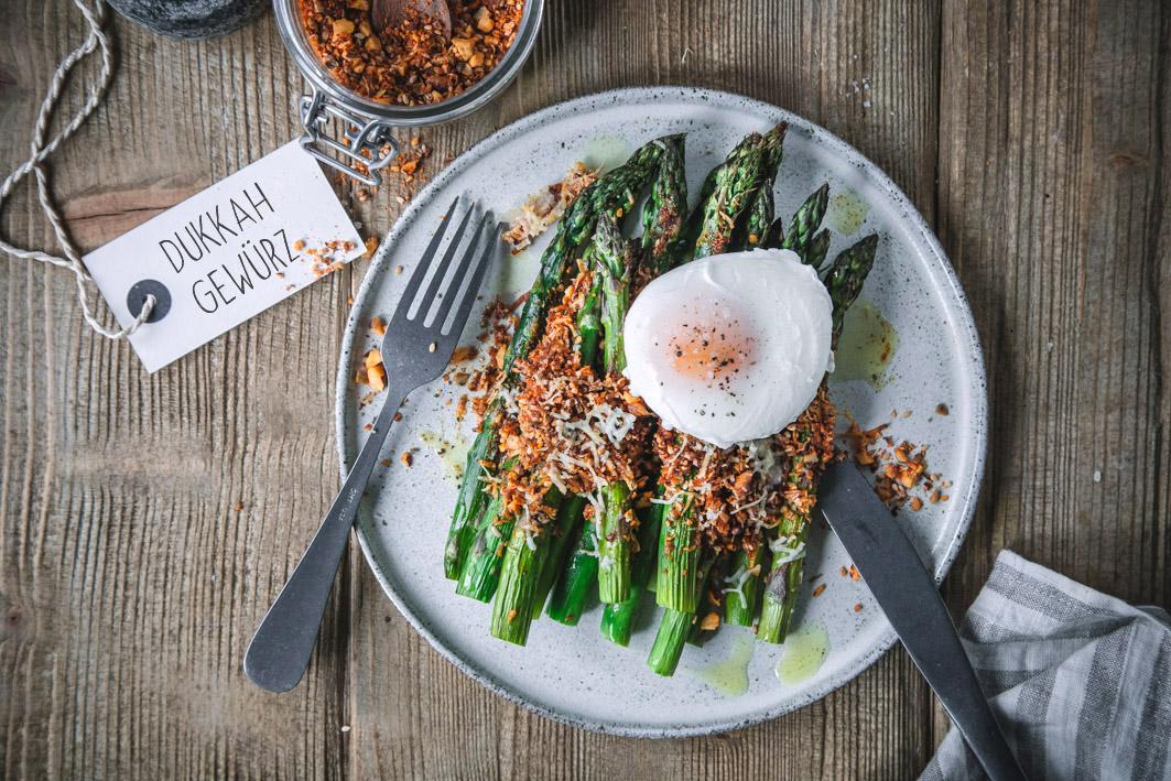 Gratinierter Spargel mit Dukkah Gewürz und pochiertem Ei