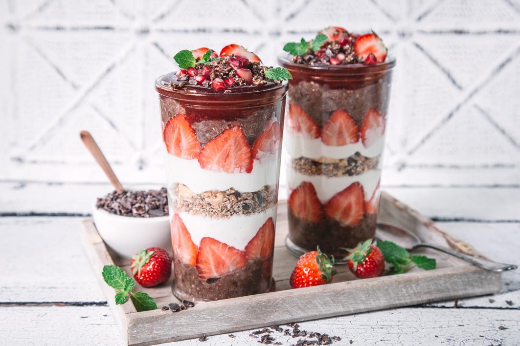 Chia Parfait mit Schokolade und Erdbeeren
