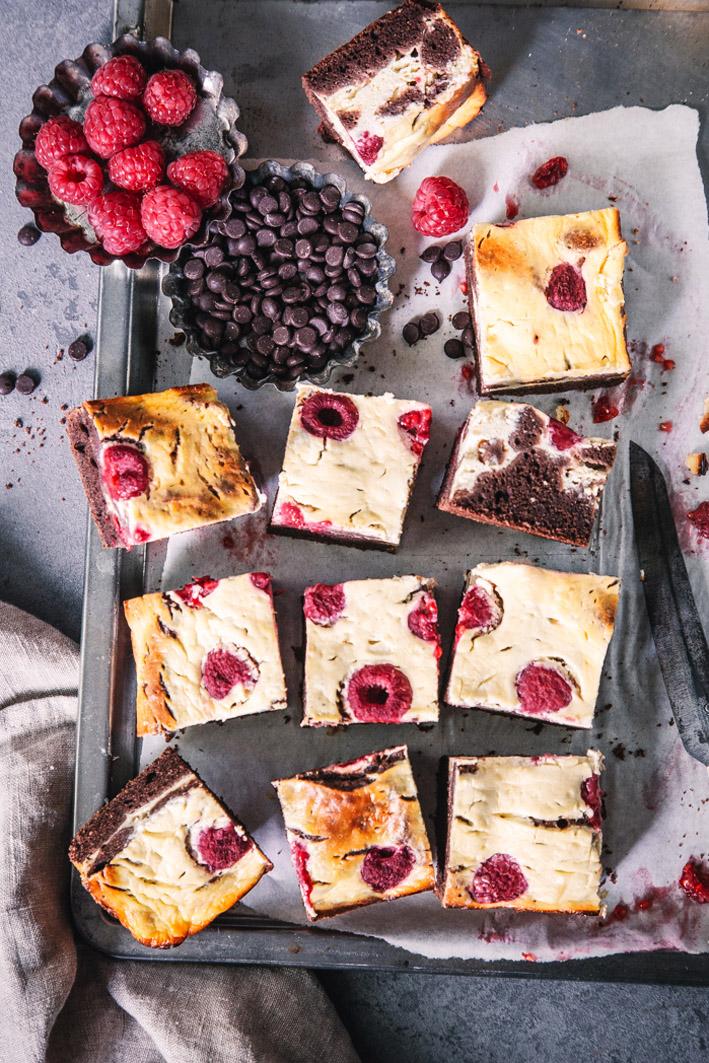 Rezept für gesunde Cheesecake-Brownies mit Himbeeren