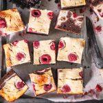 Cheesecake-Brownies mit Himbeeren aus gesunden Zutaten