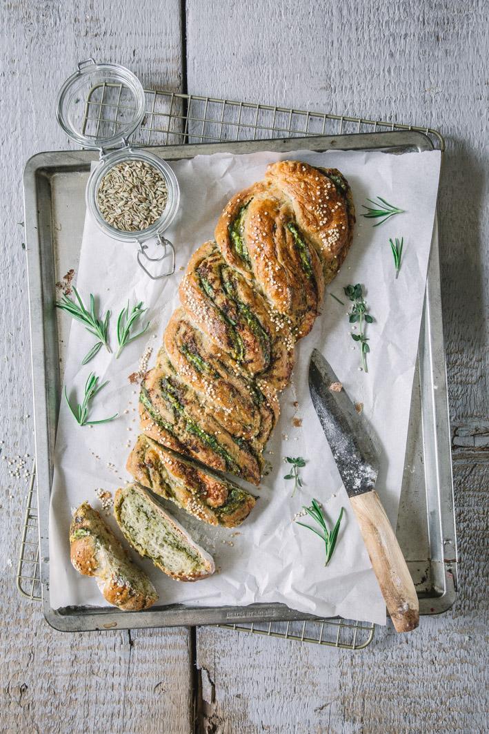Knuspriger Quinoa-Brotzopf mit Pesto