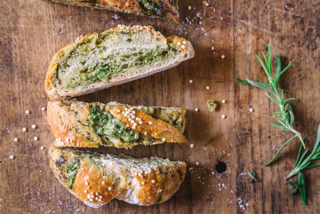 Quinoa Brotzopf mit Kräuterpesto