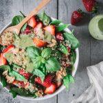 Quinoasalat mit Erdbeeren, Zuckerschoten und Avocadodressing