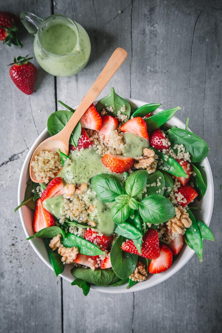Quinoasalat mit Zuckerschoten und Erdbeeren