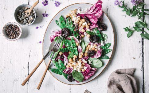 Grillsalat mit Zuckerschoten und Trockenpflaumen