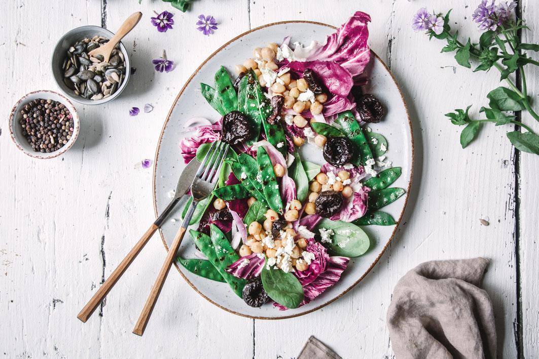 Salat mit gegrillten Zuckerschoten und Trockenpflaumen