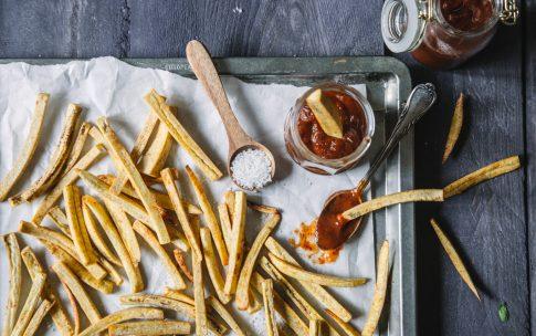 Kochbananen-Pommes mit Trockenpflaumen-Ketchup