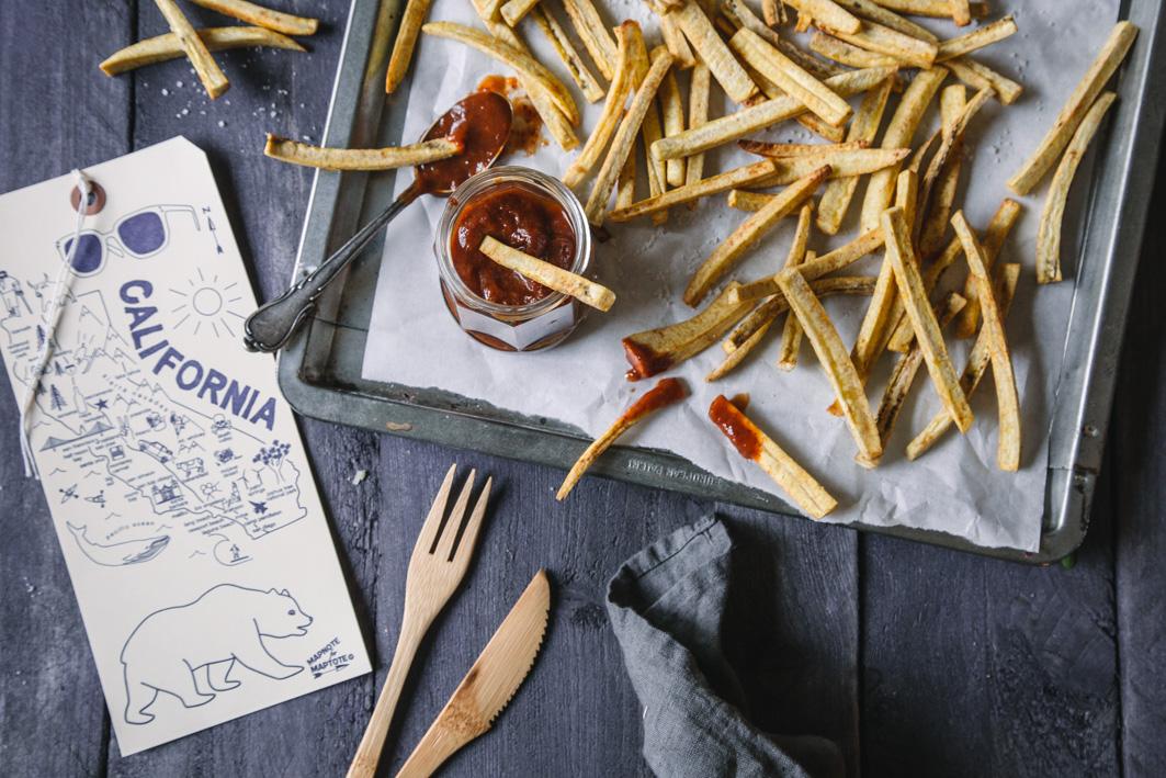 Pommes aus Kochbananen und Trockenpflaumen Ketchup