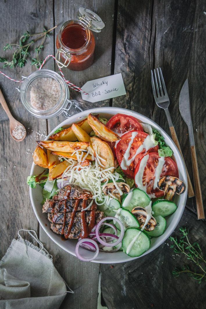 BBQ Burger Bowl mit allem, was ein guter Burger braucht