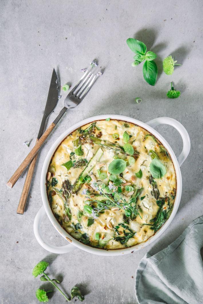 Leichte Spargel-Spinat-Frittata mit Feta und Pinienkernen
