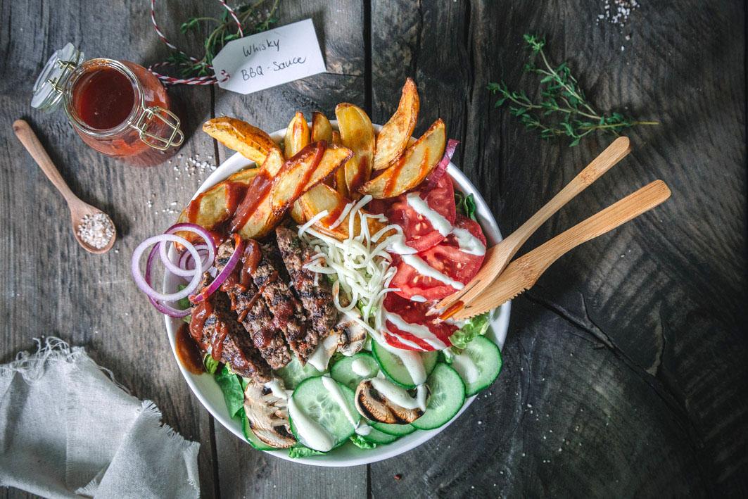 Barbecue Burger Bowl mit Kartoffelecken
