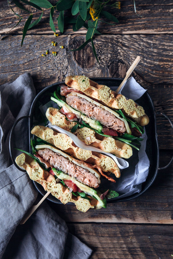 Waffelburger mit Bacon, Avocado und Tomate