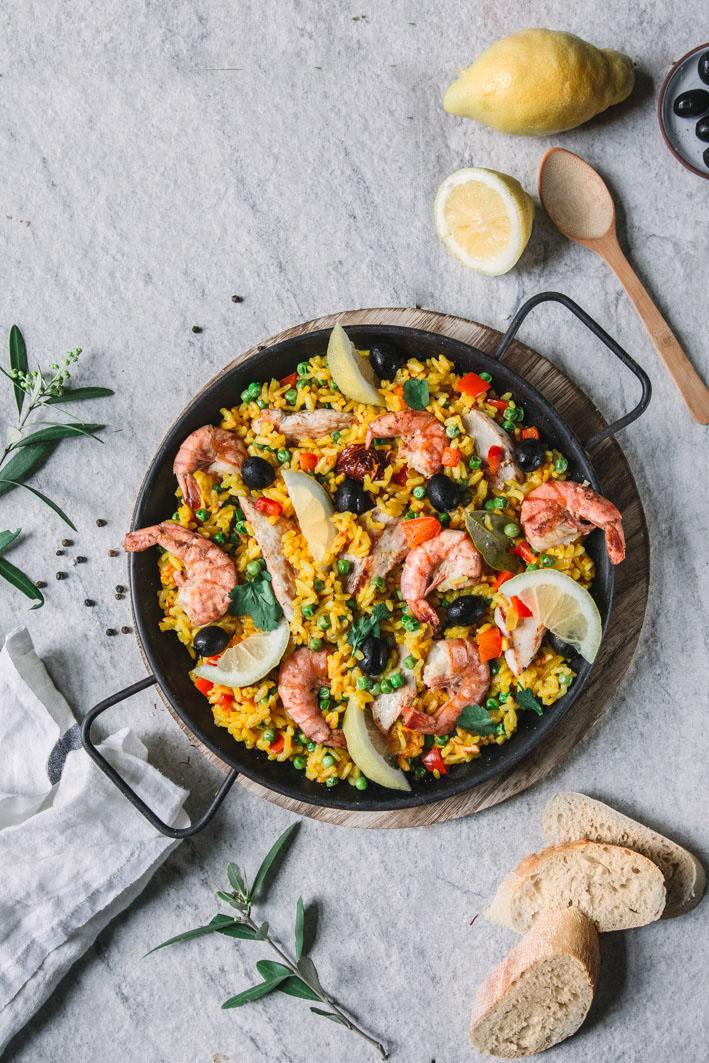 Einfache und schnelle Paella mit Hühnchen, Gemüse und Garnelen