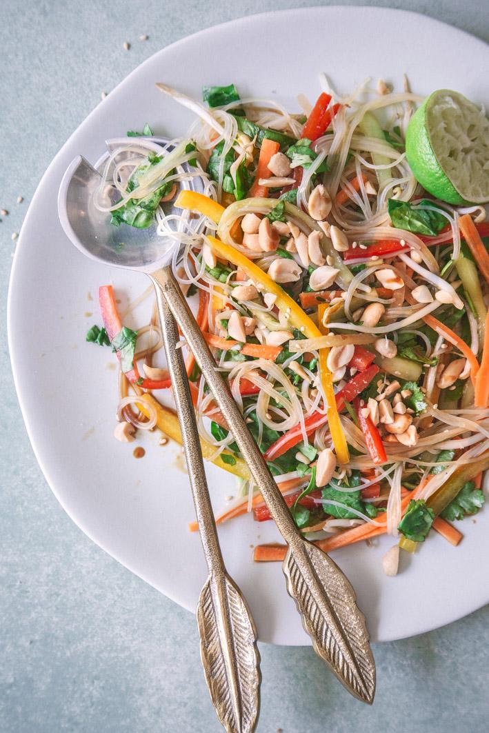 Bunter veganer Glasnudelsalat mit Gemüse und Erdnüssen
