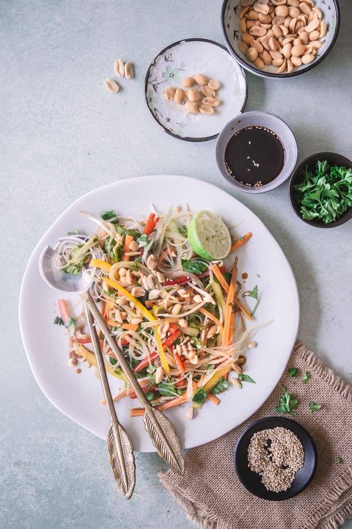 Frischer Glasnudelsalat mit Gemüse und Erdnüssen