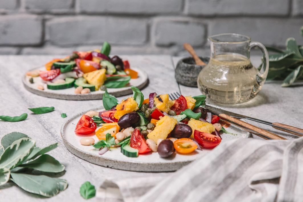 Panzanella mit gegrillter Polenta, Basilikum und Oliven