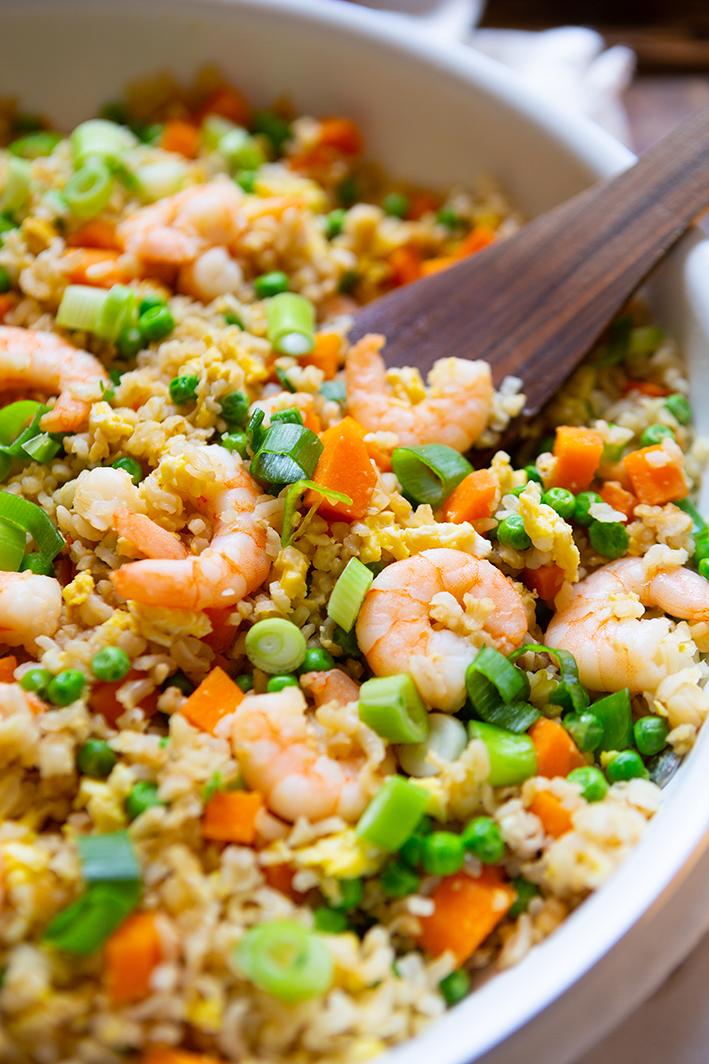 Schneller gebratener Reis mit Garnelen für die Feierabendküche
