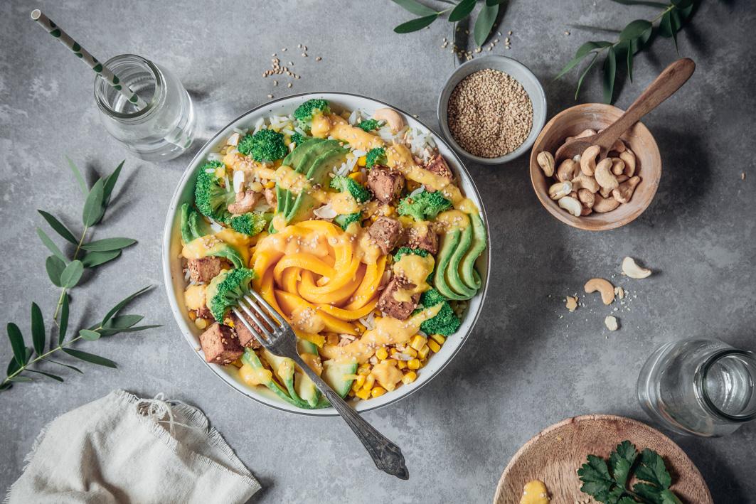 Sommerliche Bowl mit Reis, Avocado und Tofu